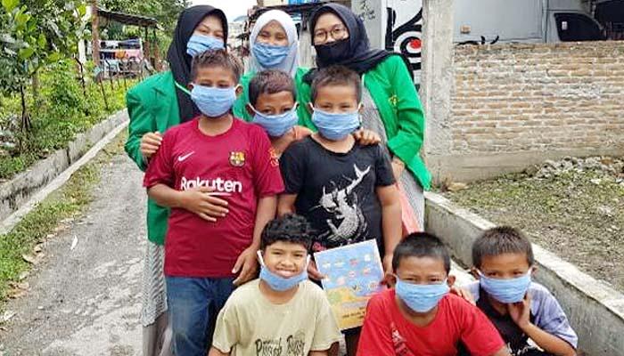 KKN mahasiswa Unimal Lhokseumawe lakukan sosialisasi dan pembagian masker