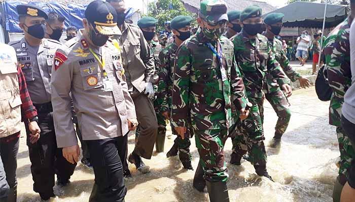 Kapolda Aceh bersama Plt Gubernur dan Pangdam IM tinjau lokasi banjir Aceh Tamiang.