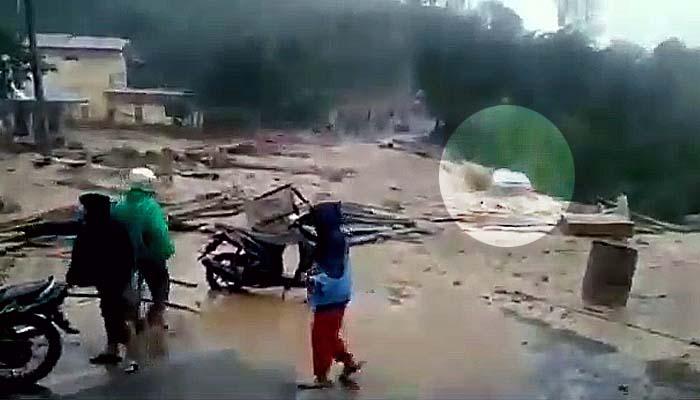 Tiga rumah dan satu mobil Avanza hanyut terbawa arus banjir bandang di Kampung Paya Tumpi Baru.