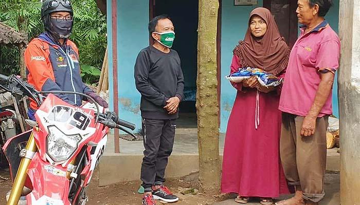 Naik motor trail, Legislator PPP Jatim sebar paket sembako untuk masyarakat terdampak pandemi.