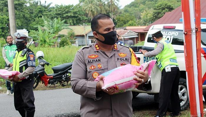 Polres Palopo bagikan beras 10 Ton bantu warga kurang mampu terdampak pandemi Covid-19.
