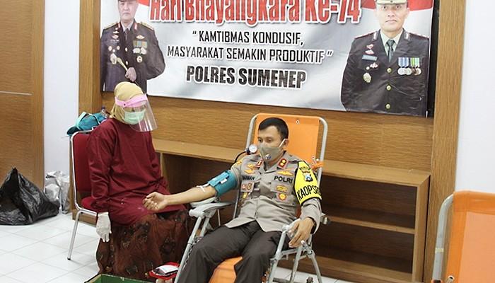 Hari pertama kerja di Mapolres Sumenep, Kapolres AKBP Darman, S.I.K langsung gelar aksi donor darah dalam rangka menyambut HUT Bhayangkara-74.