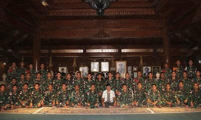 Prajurit Yonif 413/Bremoro ziarah ke makam Soeharto.