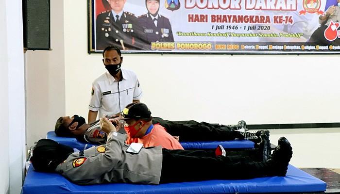 Atasi kekurangan stok darah, anggota Polisi di Ponorogo donor darah.