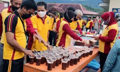 Kapolres Palopo bagikan makanan untuk tingkatkan sistem kekebalan tubuh personel.