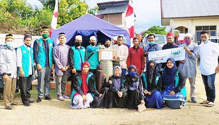 Remaja Masjid Raya Baiturrahman Banda Aceh (RMRB), menyerahkan langsung bantuan kemanusian kepada pengungsi Rohingya