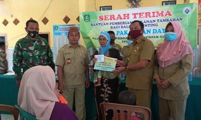 Pemdes Pakamban Daya salurkan bantuan PMT dan BLT-DD Tahap III.