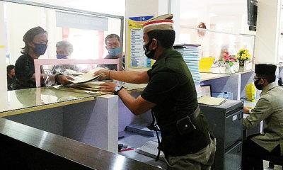 Layani wajib pajak, petugas Samsat Ponorogo kenakan baju pejuang kemerdekaan.