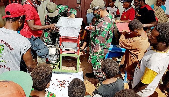 Warga Kampung Tetop dibekali kemampuan pengolahan biji kopi.