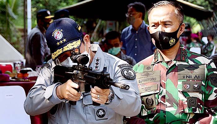 Special Response Team Bakamla menguji senjata baru di Lapangan Tembak Kesatria Marinir Hartono Cilandak, Jakarta Selatan (16/9).