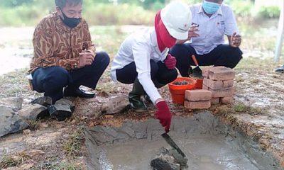 Sekian lama menumpang, PMI Nunukan akhirnya akan punya markas sendiri. Foto: Bupati Nunukan, Asmin Laura Hafid melakukan peletakan Batu Pertama pembangunan Markas PMI Nunukan, Sabtu ( 19/9).