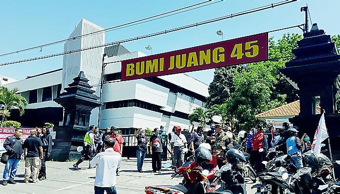"Ratusan masyarakat ""Surabaya Adalah Kita"" lakukan demo tolak deklarasi KAMI (Koalisi Aksi Menyelamatkan Indonesia) di Surabaya, Senin (28/9)."