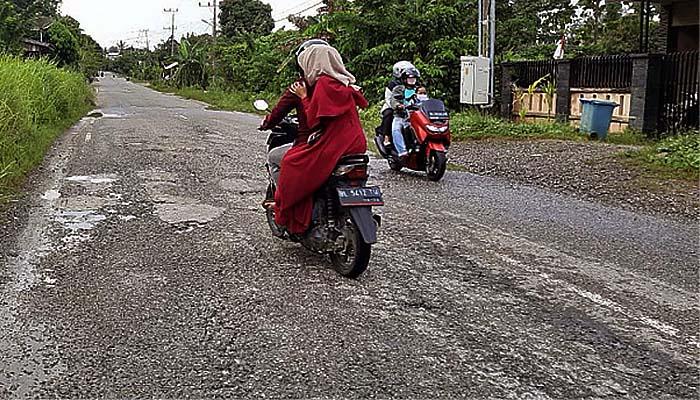 Lobang di jalan lintas Blangpidie Cot Mane kerap makan korban.
