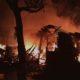 Warga bersama Karang Taruna bahu membahu memadamkan api