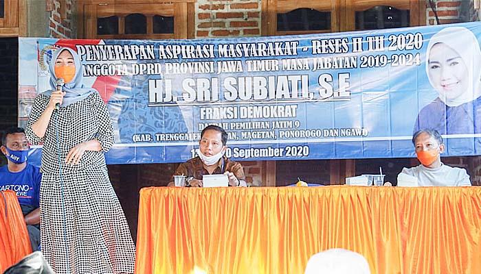 Turun Dapil, Sri Subianti disambati warga soal infrastruktut rusak dan kelangkaan pupuk subsidi.
