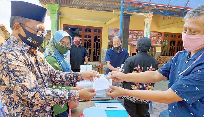 Temui petani di dapil, Noer Soetjipto bagikan masker dalam upaya membantu pemprov menekan pandemi Covid-19 di Jatim