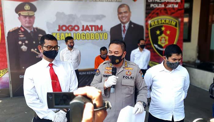 Sediakan pemandu lagu untuk layani esek-esek, mucikari yang juga merangkap papi di sebuah rumah karaoke di Madiun, ditangkap Polda Jatim, Minggu (13/9).
