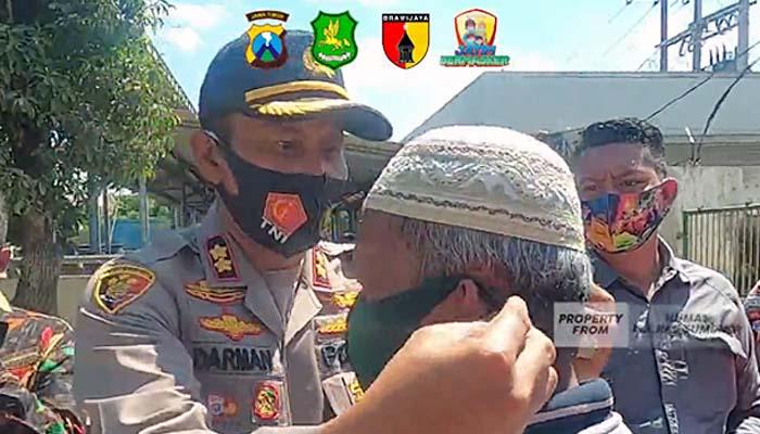 Kampanye penggunaan dan pembagian masker jajaran Polres Sumenep.