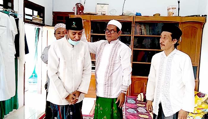 Ahmad Fauzi dapat hadiah songkok berlogo GMNU dari KH Khalilullah MZ di Ponpes Al-Is'af Kalabaan.
