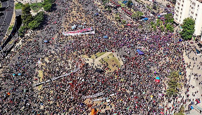 Aksi protes jelang referendum Konstitusi Chili.