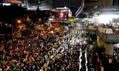 ibuan pengunjuk rasa kembali turun ke jalan di beberapa lokasi kota Bangkok, Thailand pada Sabtu (17/10)