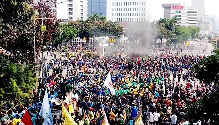 Aksi demo mahasiswa dan buruh terus berlanjut, meski tidak mendapat izin dari pihak Kepolisian