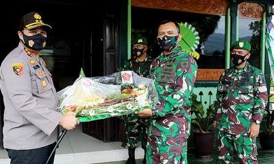 Hut TNI Ke-75, Kapolres Palopo AKBP Alfian Nurnas memberikan kejutan kepada Dandim 1403 Sawerigading.