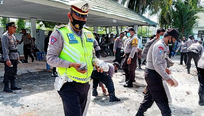 Polres Palopo bersihkan puing, pecahan kaca, dan pagar akibat unjuk rasa di DPRD Palopo.