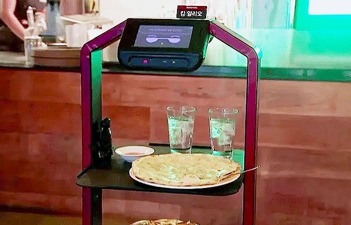 Robot kini mulai membantu pekerjaan di restoran-restoran di tengah pandemi Covid-19.