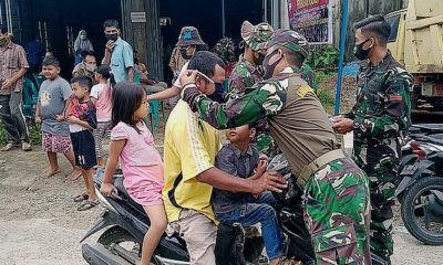 Satgas TMMD ke-109 bagikan masker kepada masyarakat Babahlung Abdya.