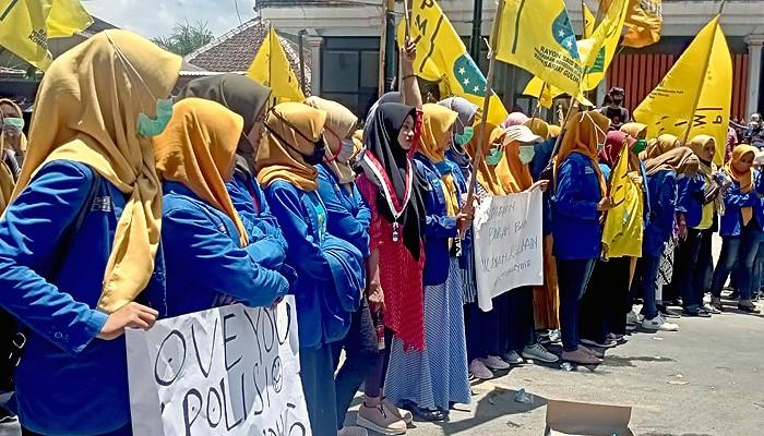 Kapolres Sumenep di demo mahasiswa minta tangkap pelaku perskusi terhadap aktifis perempuan.