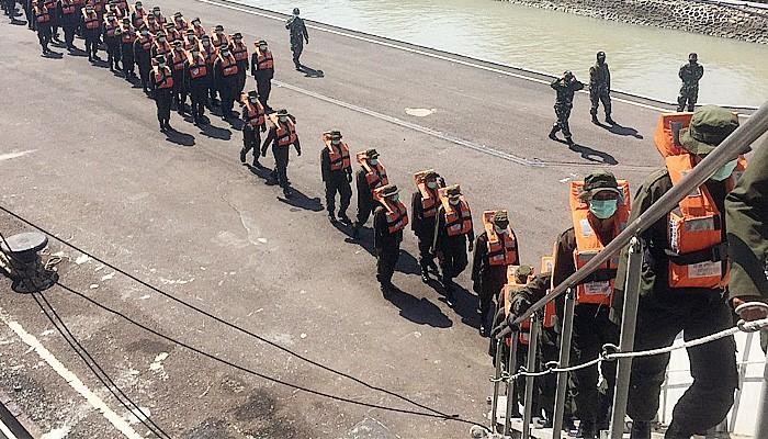 Puluhan Personel Bakamla RI Latihan di Atas KRI Makassar.