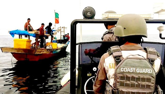 Dua hari terapung di Selat Malaka, nelayan Indonesia diselamatkan Patroli Bakamla di perairan Kuala Tanjung, Sumatera Utara.
