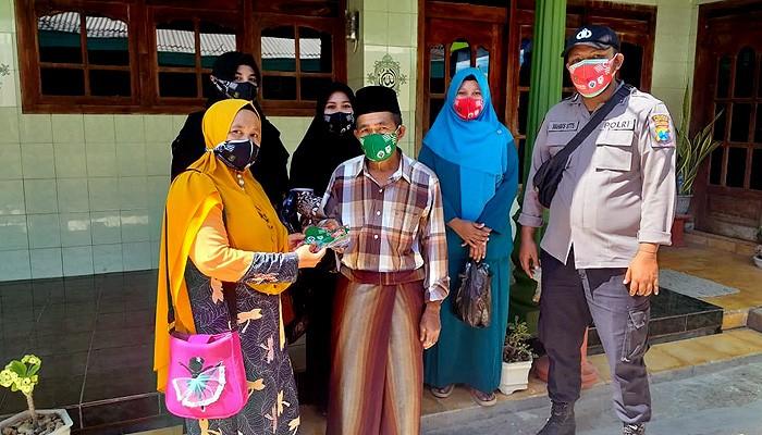 Cegah penularan Covid-19, Polsek Prenduan dan Ibu PKK Desa Kaduara Timur bagi-bagi masker.