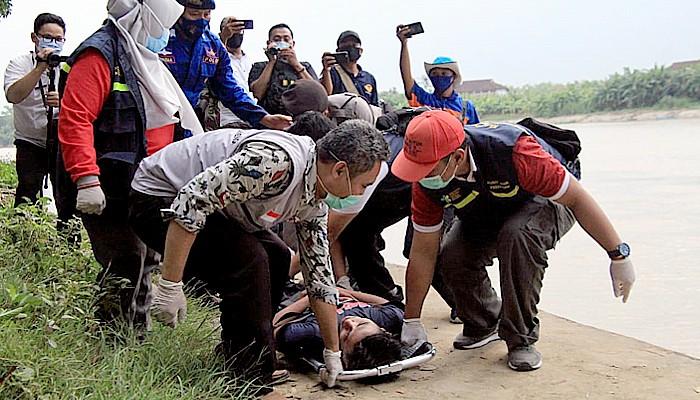 Desa Kendal Lamongan diterjang banjir, satu orang yang terseret berhasil diselamatkan.