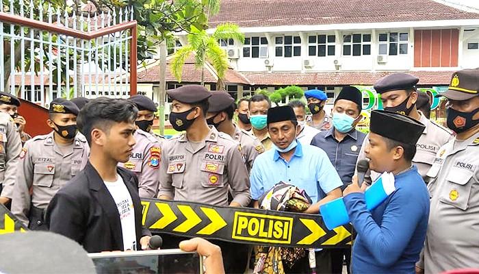 BPNT dinilai bermasalah, Alpart lakukan aksi di depan Gedung DPRD Pamekasan.