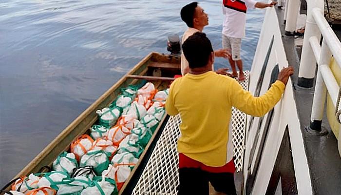 Kamla Zona Maritim Timur salurkan bansos di Pulau Manipa.