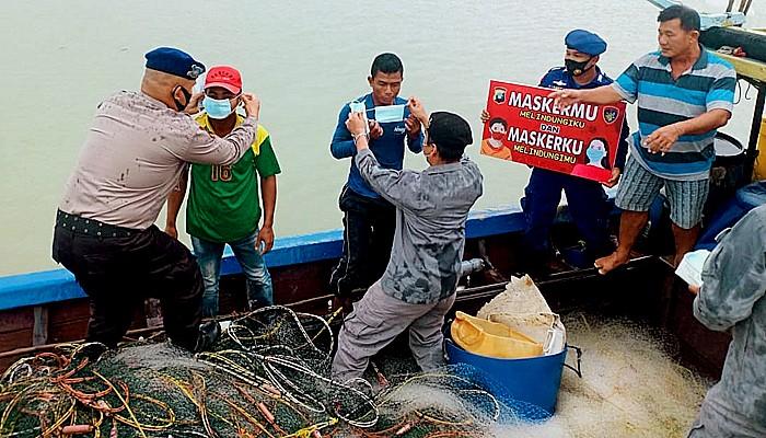 SPKKL Tanjung Balai Karimun bagikan masker untuk nelayan.