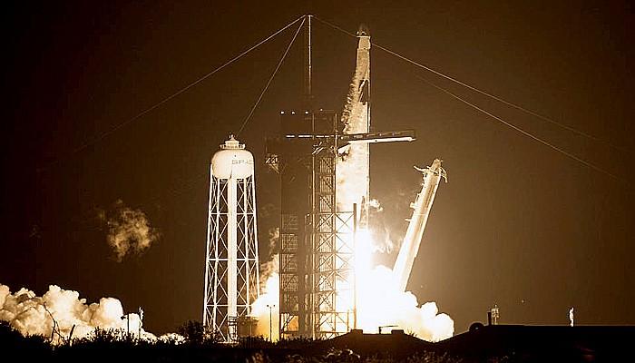 Crew Dragon meluncur ke antariksa dari Pusat Antariksa Kennedy di Florida