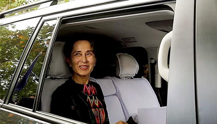 artai Aung San Suu Kyi dipastikan menang telak dalam pemilu 8 November lalu.