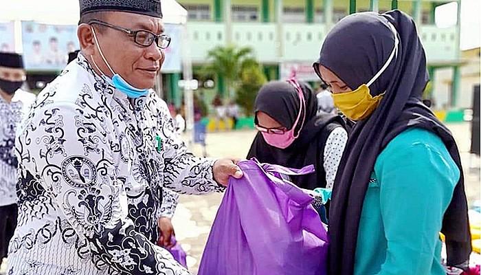 Peringati HGN dan PGRI, Pemkab Nunukan bagikan sembako di Sebatik.