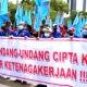Aksi unjuk rasa kalangan buruh menolak Omnibus Law Undang-Undang Cipta Kerja (UU Ciptaker) terus berlanjut.