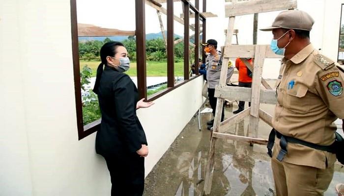 Karolin salurkan bantuan kepada para korban angin puting beliung.