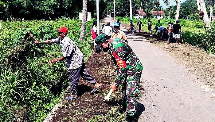 Masyarakat Desa Sabanen Bersama Babinsa kerja bakti bersihkan kiri kanan jalan.
