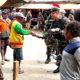 Kado Natal dari Yonif Raider 500/Sikatan untuk warga Enarotali.