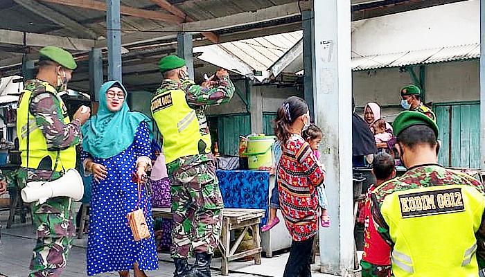 Tekan angka peningkatan Covid-19 di Lamongan, petugas gabungan gencarkan razia prokes. Petugas gabungan yang terdiri dari aparat TNI-Polri gencar