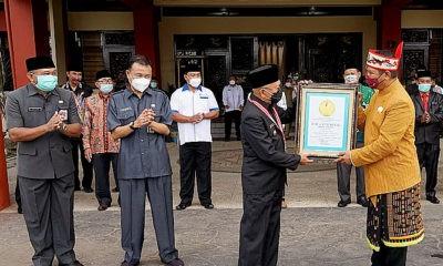 Bupati Sumenep terima penghargaan dari LEPRID di HGN 2020.