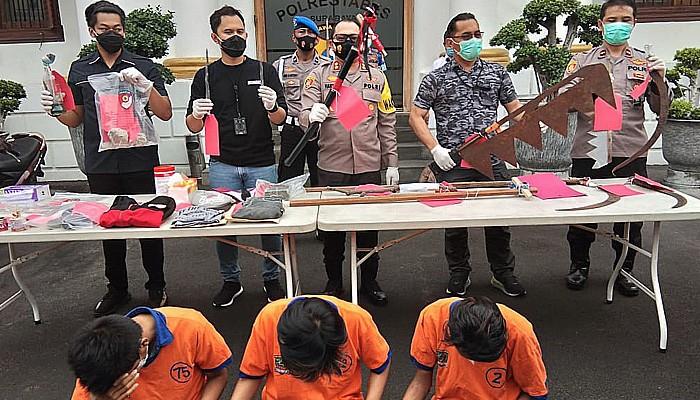 Tawuran antar genk tewaskan 1 orang, Polrestabes Surabaya bekuk tiga pelaku.