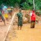 Anggota Koramil bantu masyarakat bersihkan jalan akibat tanah longsor.