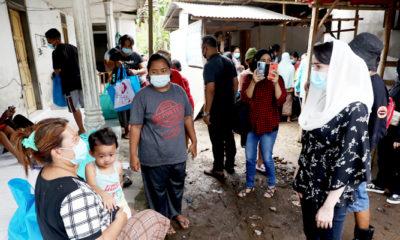 Pantau penanganan banjir, Arumi Bachsin kirim bantuan ke Jember.